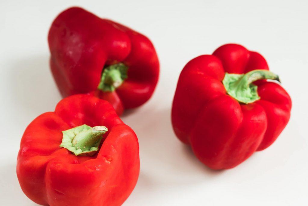 knækbrød med peberfrugt dip